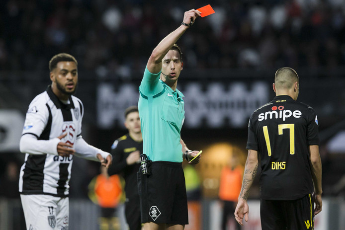 Christiaan Bax geeft de rode kaart aan Vitesse-speler Kevin Diks