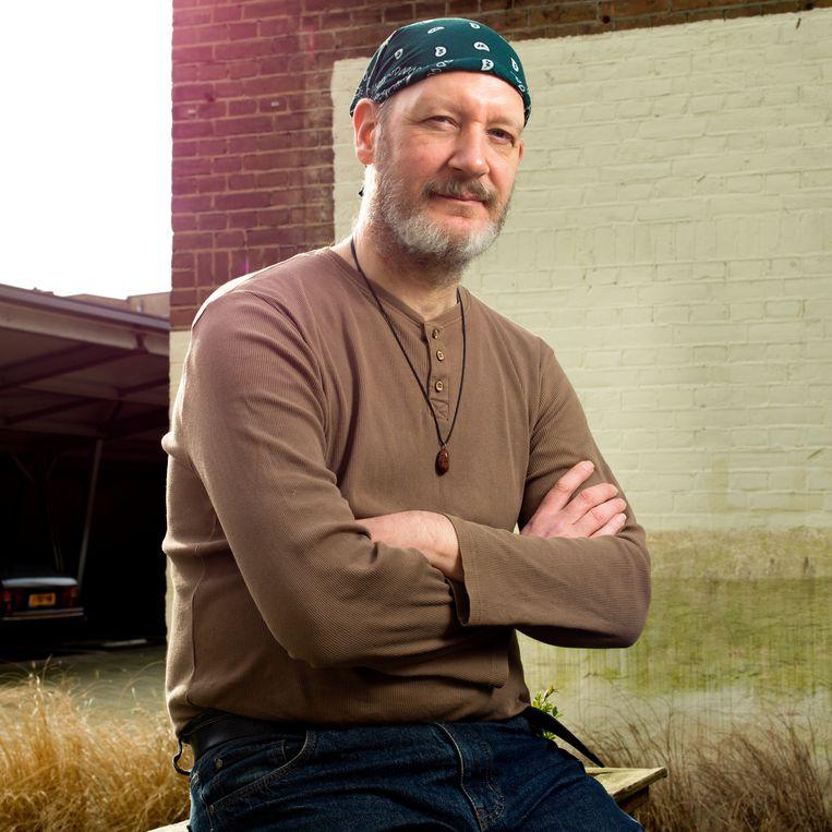 Muzikant Michael Voogsgerd hielp de problemen aankaarten, maar viste bij de schadevergoeding achter het net. 'Mijn geloof in het systeem heb ik verloren.'  Beeld Eva Roefs