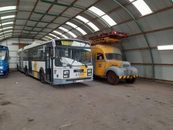 De trolley uit Gent die tussen 1996 en 1999 dienst deed in Arnhem. Naast deze Belgische bus staat de Dodge van het Canadese leger uit 1944. Het zijn twee van de bussen in de collectie van de Stichting Trolleymaterieel Arnhem.