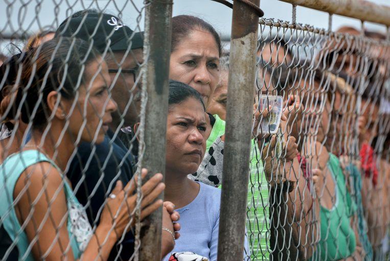 Vrouwen wachten bij een gevangenis in Venezuela op nieuws over hun familieleden na een gevangenisopstand in mei vorig jaar. Archiefbeeld.