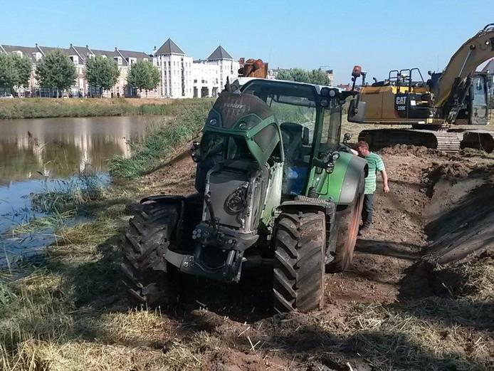 De tractor is uit het water gehaald.