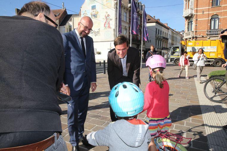 Kandidaat-burgemeester Mathias De Clercq gidst premier Michel door Gent.