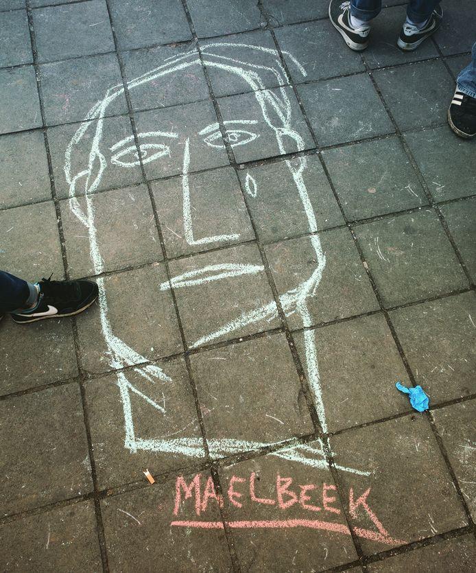 Een krijttekening op het Beursplein geïnspireerd op het werk van Benoît Van Innis in het station van Maalbeek. Zijn anonieme gezichten worden nu gezien als de gezichten van de onschuldige slachtoffers van de aanslagen.