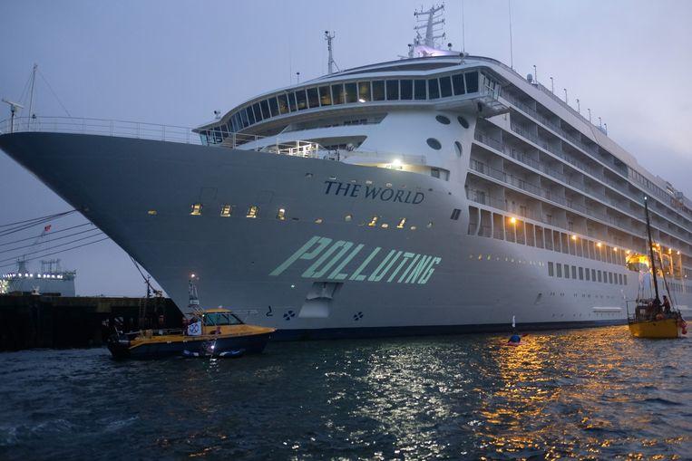 Een klimaatprotest in de haven van Cornwall, waar de actiegroep Ocean Rebellion leuzen projecteerde op een cruiseschip. Beeld Getty