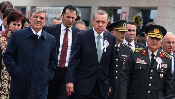 Premier Erdogan (midden) en zijn gevolg bij het verlaten van de bijeenkomst in Ankara.