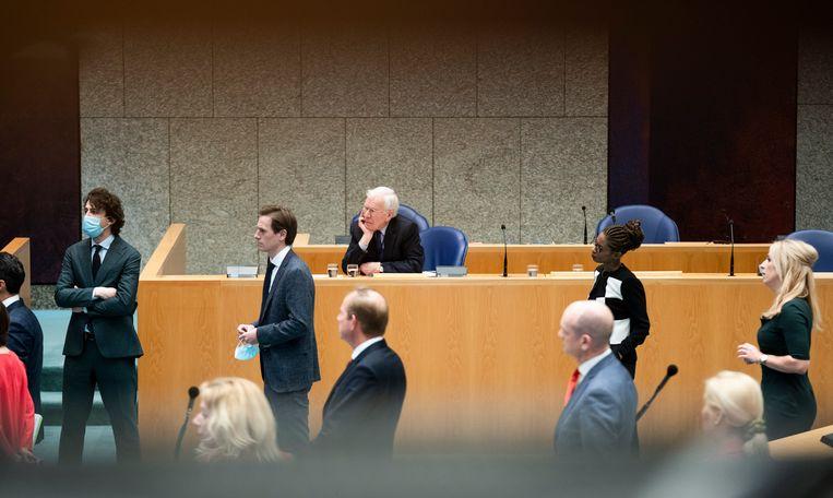 Informateur Herman Tjeenk Willink voor aanvang van het debat over de formatie in de Tweede Kamer. Op de voorgrond Kamerleden die met Kamervoorzitter Bergkamp afspraken maken over het debat.  Beeld Freek van den Bergh / de Volkskrant