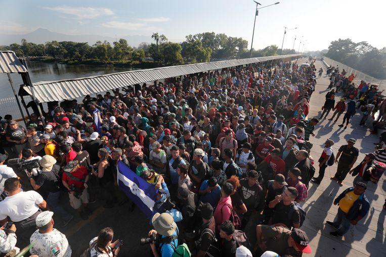 Een massa migranten aan de grens tussen Guatemala en Mexico.  Beeld AP