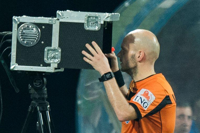Sébastien Delferière raadpleegt de beelden tijdens AA Gent - Waasland-Beveren van 14 oktober vorig jaar.