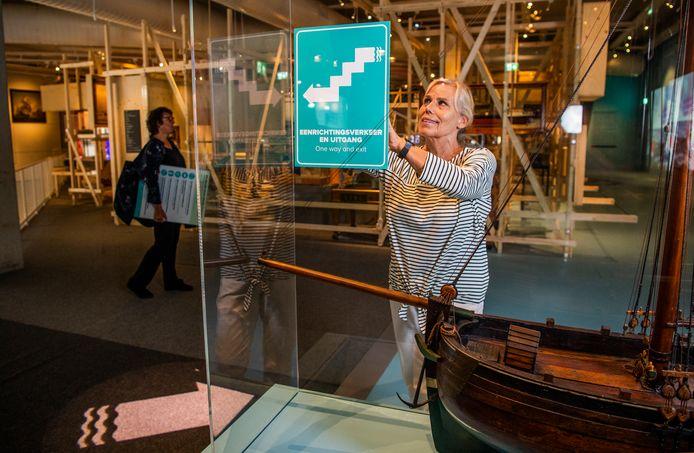 Het Maritiem Museum maakt zich klaar om weer open te gaan voor publiek in de 1,5 metersamenleving. Er zijn borden en pijlen geplaatst.