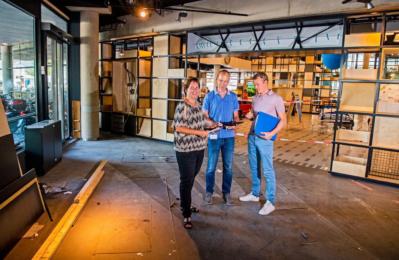Op deze plek in de Centrale Bibliotheek opent in het najaar een boekwinkel van Donner. Op de achtergrond de opnieuw ingerichte begane grond. Links op de foto Annerie Brenninkmeijer van de Bibliotheek Rotterdam.