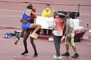 Gianmarco Tamberi springt in de armen van Mutaz Essa Barshim.