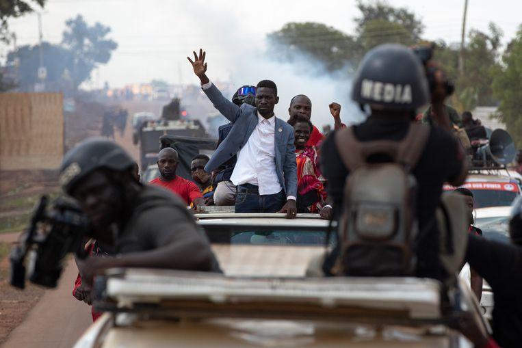 Aanhangers van Bobi Wine menen dat de al 35 zittende president Yoweri Museveni gefraudeerd heeft bij de vorige verkiezingen. Beeld Getty Images