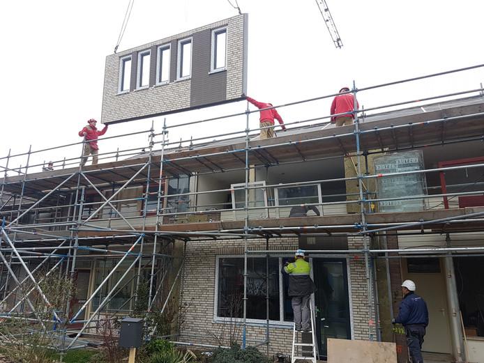 Renovatieproject van Rc Panels in Grijpskerk tijdens de renovatie. De nieuwe gevel wordt voor de oude geplaatst.
