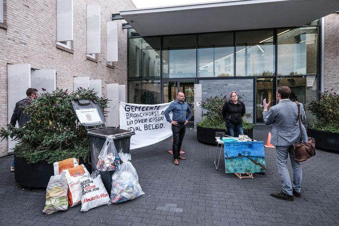 Albert Hoogenkamp en Marleen Mulderij in gesprek met wethouder Paul Hofman (uiterst rechts) tijdens hun afvalprotest voor de deur van het gemeentehuis van Bronckhorst in Hengelo.