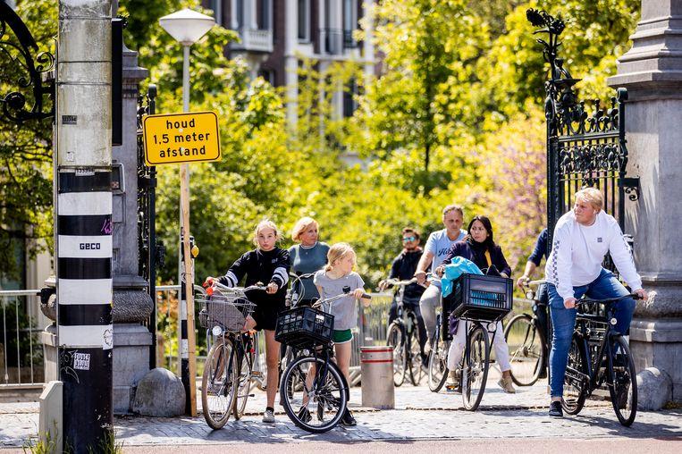Mensen op de fiets in het Vondelpark. Beeld ANP