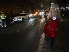 Scooterrijder gewond door aanrijding met auto in Rivierenbuurt