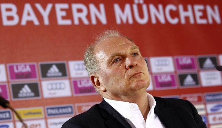 Bayern-voorzitter Uli Hoeness gaf op een persconferentie tekst en uitleg bij het ontslag van Van Gaal. Beeld REUTERS