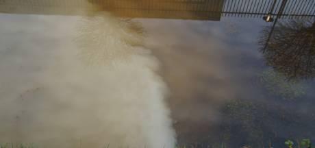 Brandweer onderzoekt witte geloosde substantie in Waalwijkse sloot