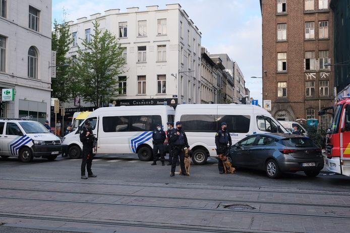 De politie was de hele dag massaal ter plaatse in de Dwarsstraat.