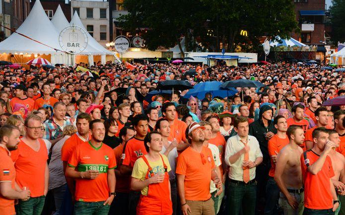 Samen voetbal kijken op een groot scherm op de Markt in Eindhoven. Ondernemers denken niet dat het kan dit jaar