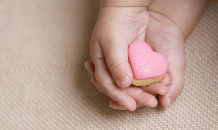 Op Valentijnsdag verwekte baby komt ter wereld met hartje op haar gezicht
