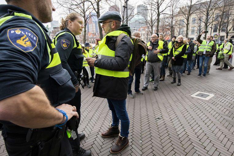 Betogers in gele hesjes zaterdag nabij de Tweede Kamer in Den Haag. Beeld ANP