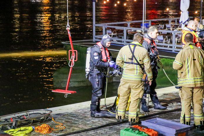 Hulpdiensten redden maandagnacht een vrouw uit de Nieuwe Maas.
