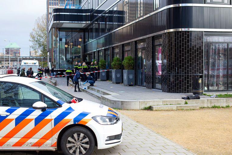 Op de stoep van het Calvijn College aan de Pieter Calandlaan in Nieuw-West werd maandag een veertienjarige jongen neergestoken. Beeld MAARTEN BRANTE