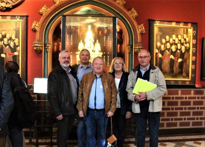 Het bestuur van het Stedelijk Fiertelcomité met rechts ex-voorzitter Yves Lenoir en links zijn opvolger Eric Dejonghe. Tussen hen in staan van links naar rechts secretaris Luk Decock, penningmeester Peter Carlier en ondervoorzitter Marie-Claire Delanghe.