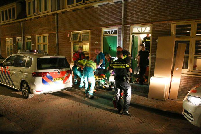 De vrouw die zwaargewond in de achtertuin werd gevonden, werd per brancard door de woning naar de ambulance gebracht.