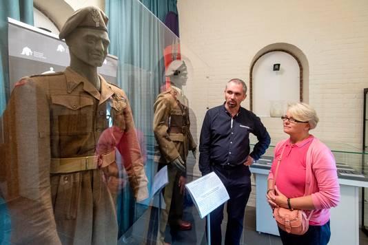 Curator Michal Pacut en Kataryna Petitjean, de kleindochter van een Poolse parachutist, bekijken de uniformen van generaal Sosabowski.