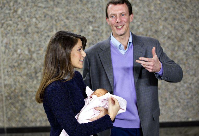 Marie Cavellier en prins Joachim van Denemarken met hun pasgeboren dochtertje op 27 januari 2012.