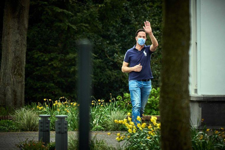 Demissionair premier Mark Rutte komt aan bij het Catshuisoverleg over mogelijke versoepelingen van de coronamaatregelen. Beeld EPA