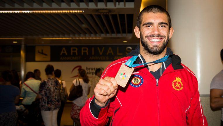 Toma Nikiforov toont zijn bronzen WK-plak. Beeld BELGA