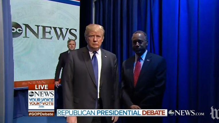 De kandidaten komen elkaar tegen in de coulissen. Beeld ABC