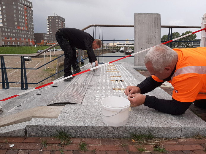 Noppen plakken op de trap om die ook 'zichtbaar' te maken voor slechtzienden in Nijmegen.