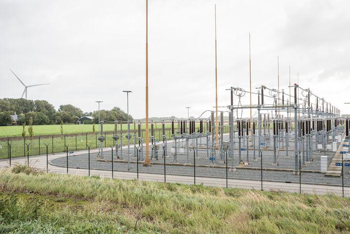 Het 150kV-station van Tennet bij Middelharnis is qua omvang vergelijkbaar met de installatie die in 2025 bij Zierikzee in gebruik zou moeten worden genomen. De zogenoemde rails zijn maximaal 9 meter hoog, de bliksemafleiders steken tot 20 meter de lucht in. Links op de foto de boerderij van Arjan van der Tol.