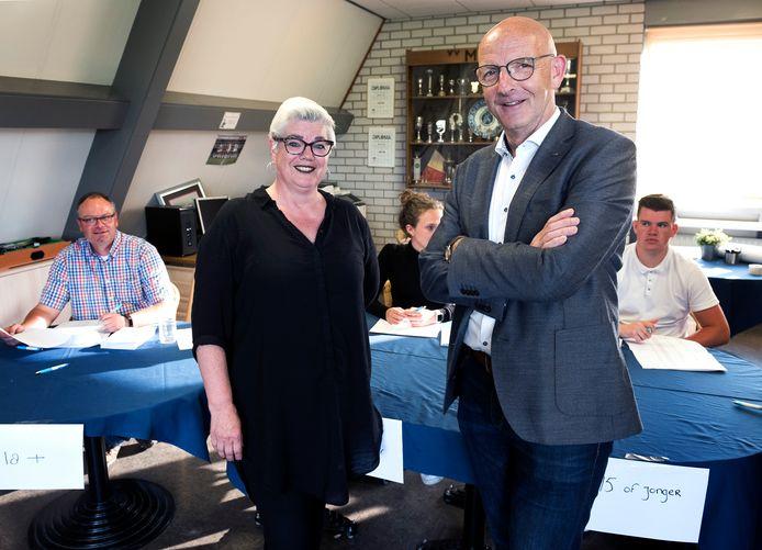 Voorzitters Marian van Schipstal (VVM) en Gijsbert Klein (MSV) in het stemlokaal waar alle leden voor aanvang van de algemene ledenvergadering hun stem konden uitbrengen.