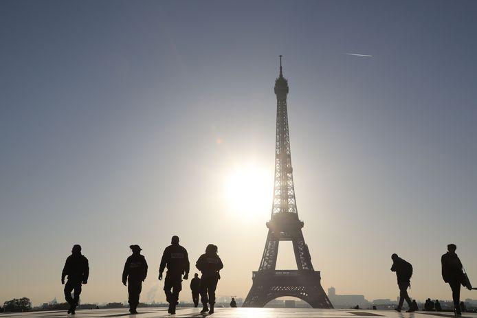 Franse politieagenten patrouilleren bij de Effeltoren in Parijs. Foto Ludovic Marin