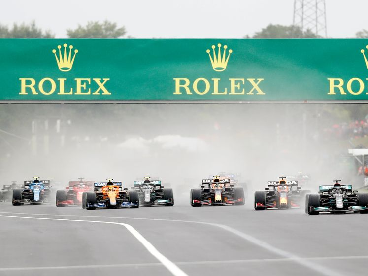 Glibberige start bij Formule 1: Bottas glijdt eraf en kegelt Norris, Pérez én Max van de baan