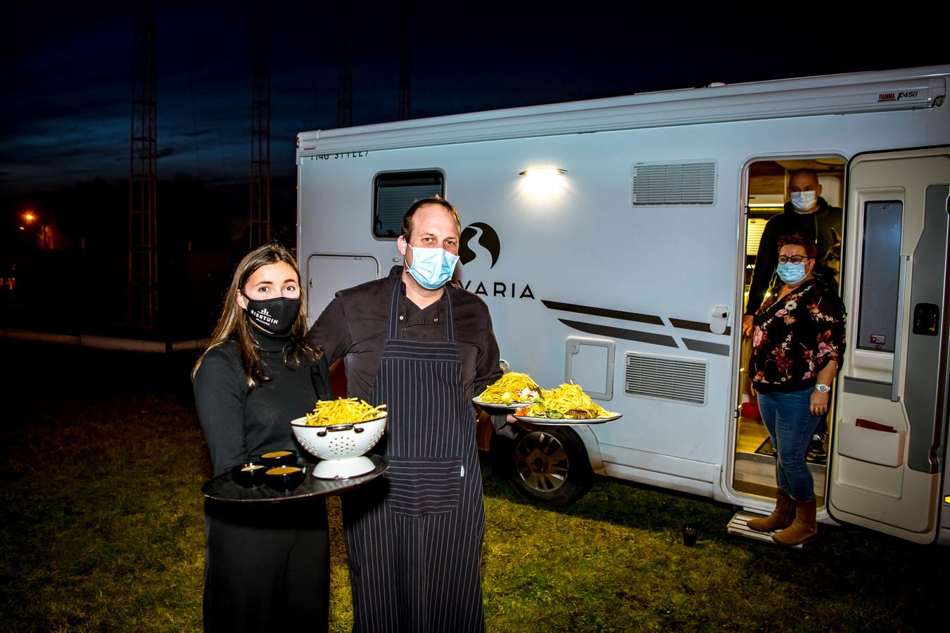 Campermeal aan brasserie de Biertuin in Paal-Beringen. Eigenaar Dirk Groen brengt eten naar Veerle en Luc.
