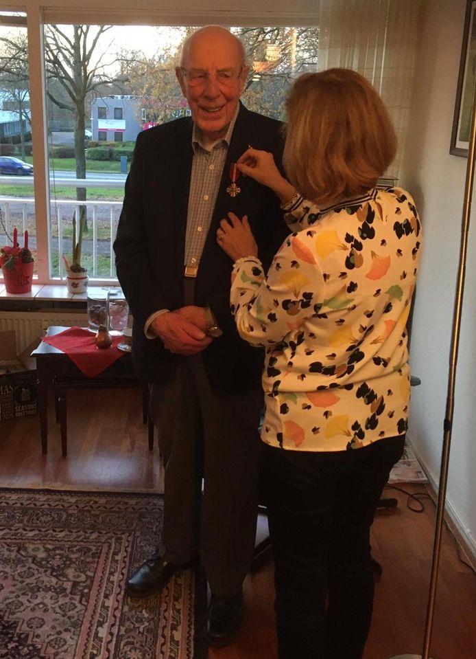 Marten Mobach krijgt de onderscheiding opgespeld door zijn dochter.