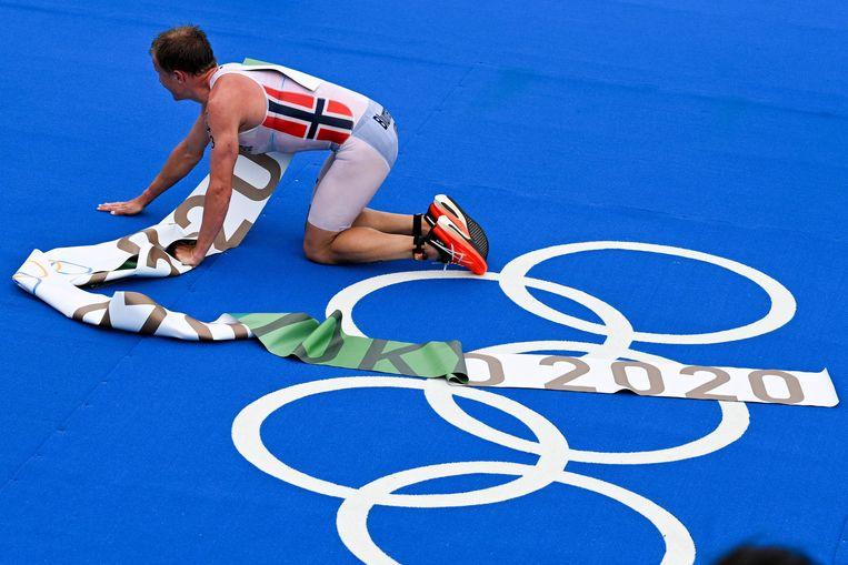 Kristian Blummenfelt na zijn overwinning. Beeld AFP