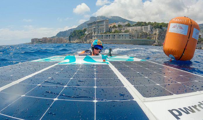Het team van de HAN in actie op het water van de Middellandse Zee bij Monaco.