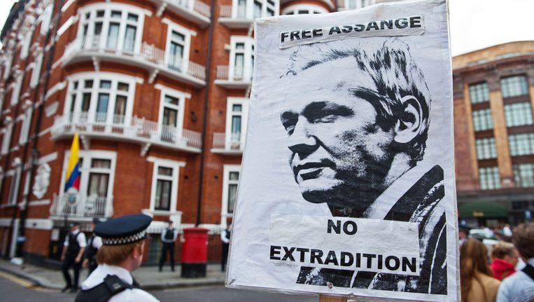 Protest bij de Ecuadoraanse ambassade in Londen. Beeld BELGA