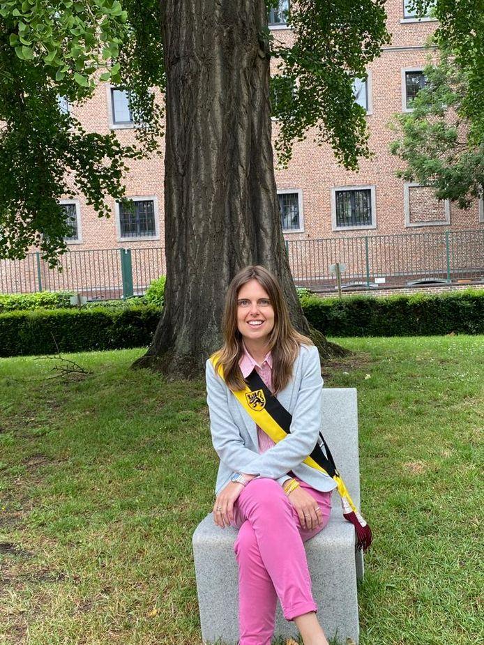 Schepen Caroline De Meerleer bij de ginko-boom waar voortaan huwelijken mogen plaatsvinden.