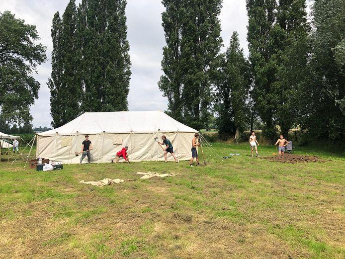 De leiding van een ander Scoutskamp zet de tenten op.