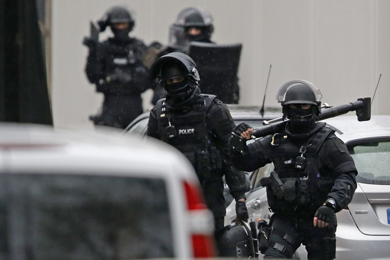 Speciale politie-eenheden op de plek waar vanochtend een agent werd beschoten. Beeld reuters