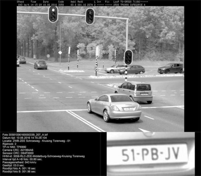 De officiële flitsfoto van de Schroeweg in Middelburg waarop links de auto van Hein Lambermont te zien is. De Oostkapellenaar kreeg een boete van 239 euro omdat hij door rood zou zijn gereden.