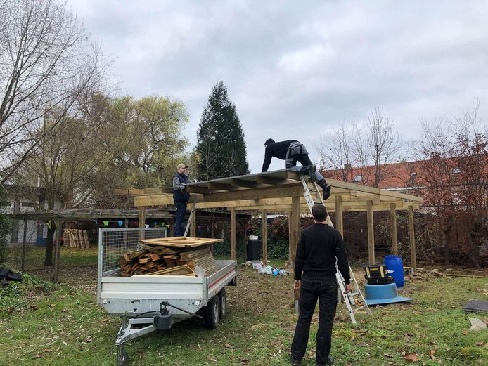 De school krijgt hulp van ouders en leerlingen bij het bouwen van het buitenklasje.